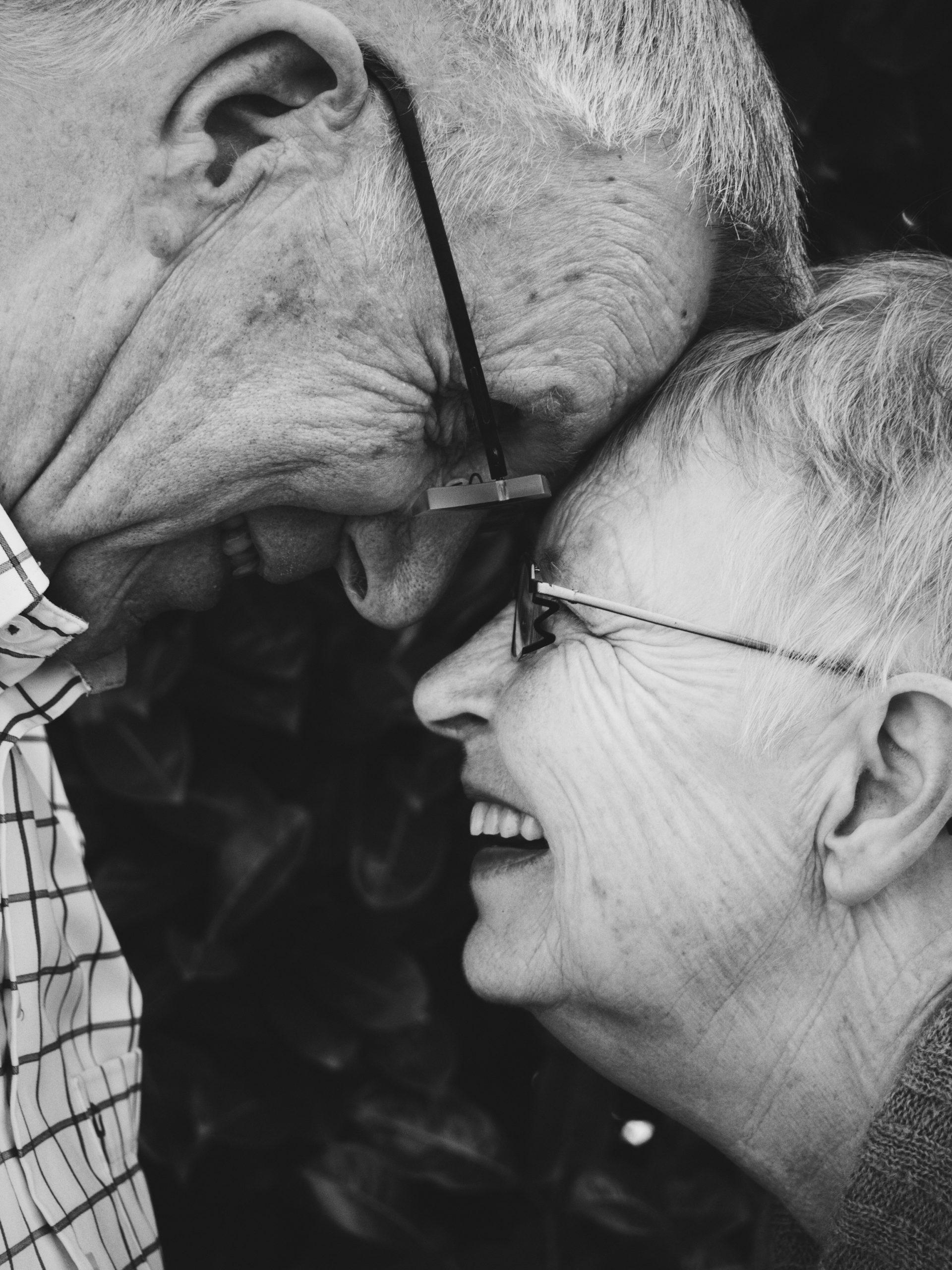 Un couple âgé se souriant l'un à l'autre