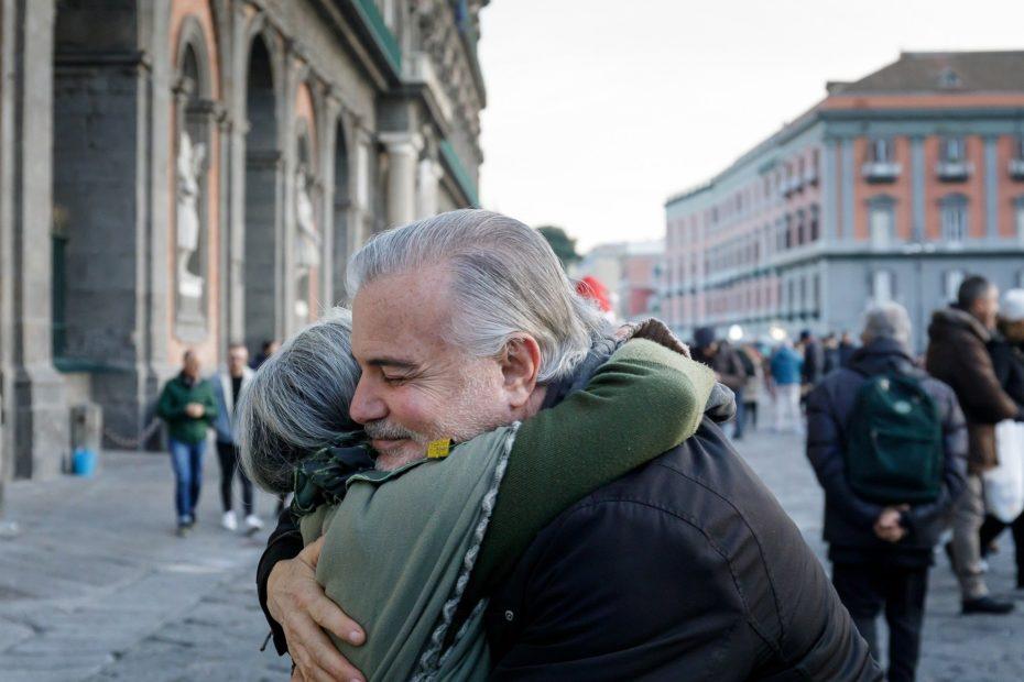 Un couple âgé s'embrassant sur la place